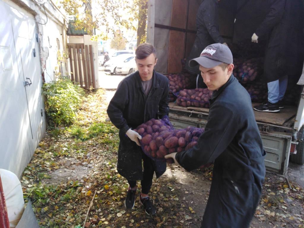 Волонтёрский отряд «Дело чести» оказал помощь в разгрузке картофеля для общества слепых.