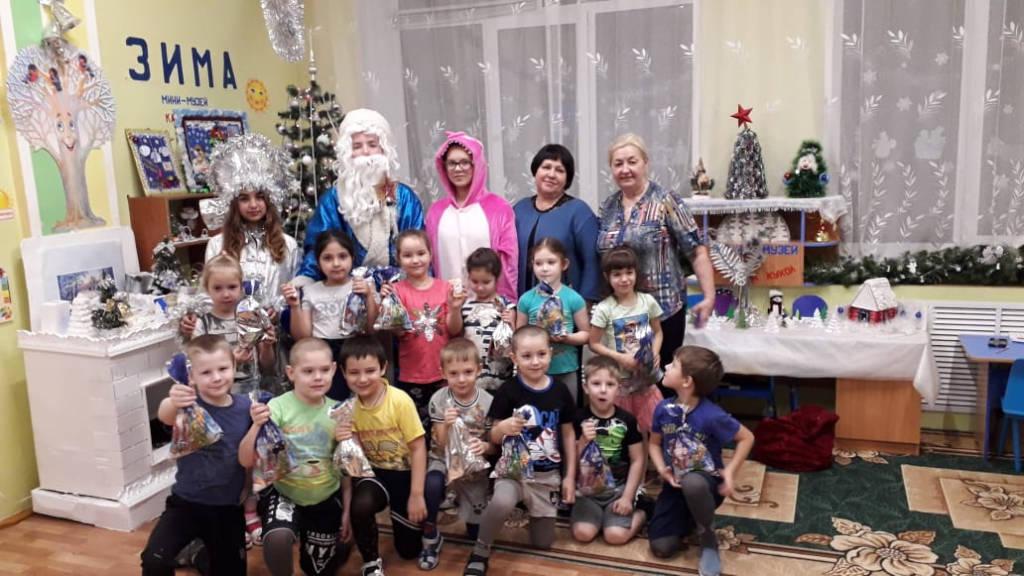Волонтёры отряда «Солнце» поздравили с Новым годом воспитанников детского сада «Ласточка».