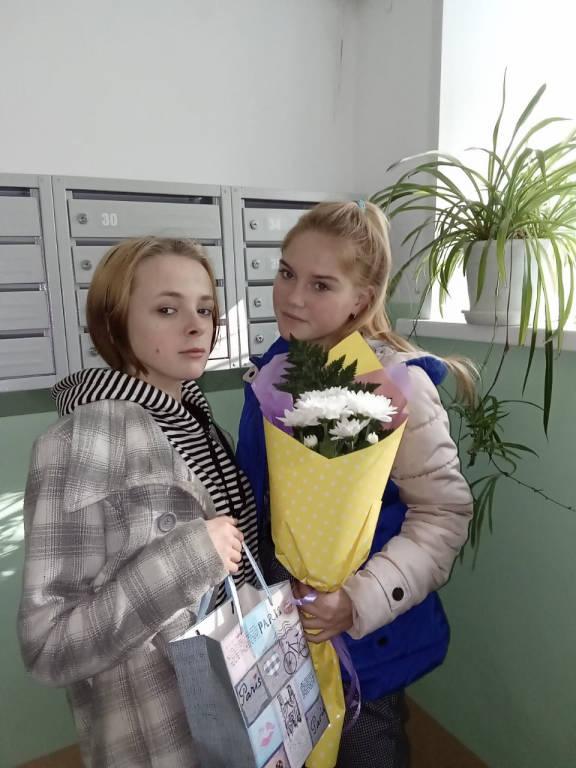 Студенты техникума поздравили бывших сотрудников техникума с Днём профтехобразования.
