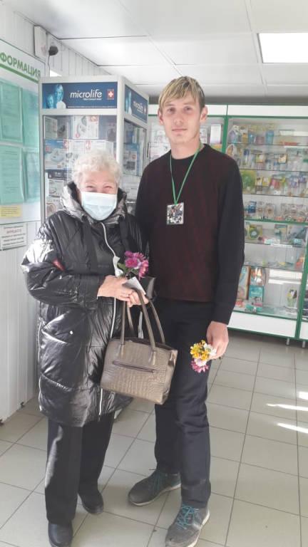 Волонтеры  ДМО «Просто так»  поздравили жителей города с Днём пожилого человека.